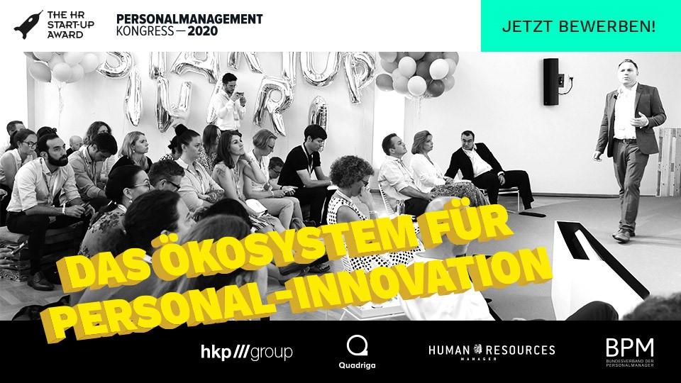 Ein Gründer im pitcht beim HR STart-up Award auf dem Personalmanagementkongress in Berlin vor großem Publikum.