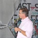 Dr. Stephan SChmid spricht bei einem Workshop in ein Mikrofon.